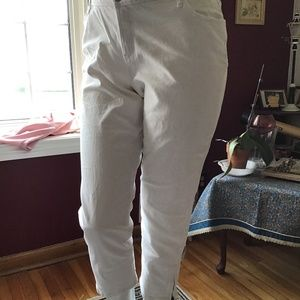 White jeans with zippers on legs's sides